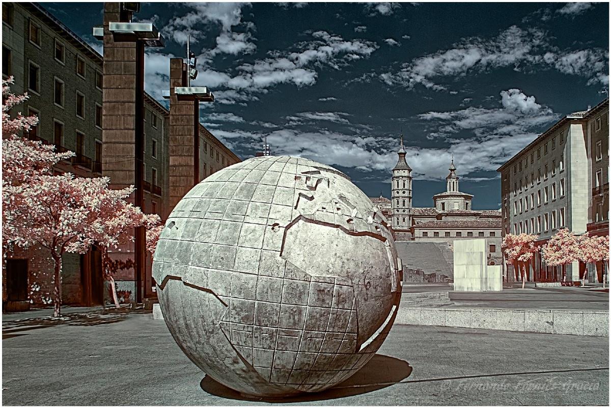 ante-el-mundo-bola-del-mundo-monumento-a-la-hispanidad-en-zaragoza-83044-xl